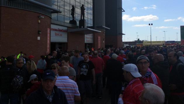Ratlosigkeit vor dem Old Trafford (Bild: Perry)