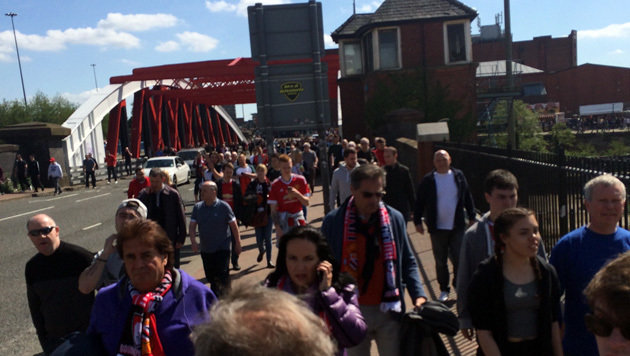 Die Fans werden vom Stadion weggelotst (Bild: Perry)