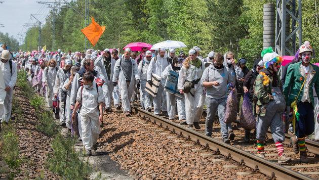 Aktivisten besetzen die Gleisanlagen des Braunkohle-Tagebaus in Welzow. (Bild: AP)