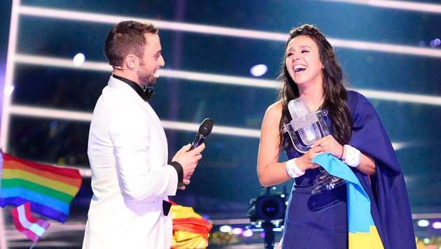 Vorjahressieger Mans Zelmerlöw gratuliert Jamala zum Sieg. (Bild: AFP)