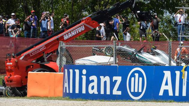 Krieg der Sterne: Hamilton und Rosberg crashen (Bild: APA/AFP/JOSEP LAGO)