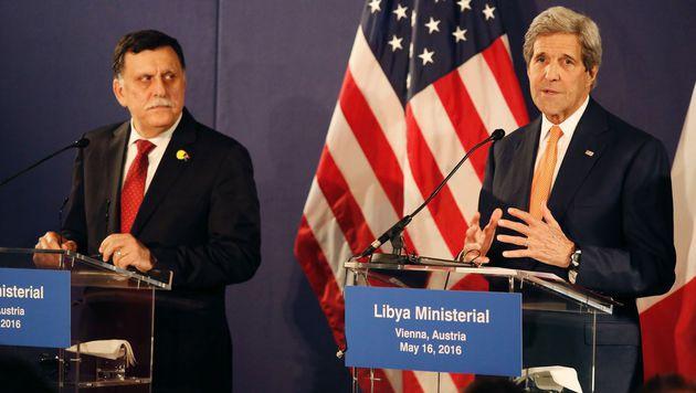 John Kerry (rechts) und der designierte libysche Premier Fayez al-Sarraj (Bild: APA/AFP/DIETER NAGL)