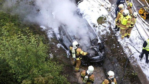 Die Feuerwehrmänner aus Eugendorf und Seekirchen mussten mit schwerem Atemschutz löschen. (Bild: Markus Tschepp)