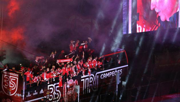 Auch für die Benfica-Stars ging's im offenen Bus durch die Stadt. (Bild: AP)