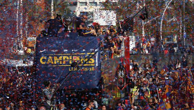 Gefeiert wurde auch in Barcelona. Die ganze Stadt wurde zur Partymeile umgemodelt. (Bild: AP)