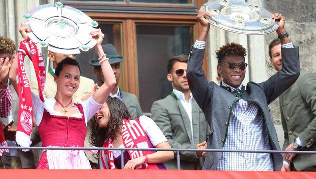 Bei Bayern feierte das Herren-Team gemeinsam mit dem Damen-Team. Hier Alaba mit Viki Schnaderbeck (Bild: APA/dpa/Karl-Josef Hildenbrand)