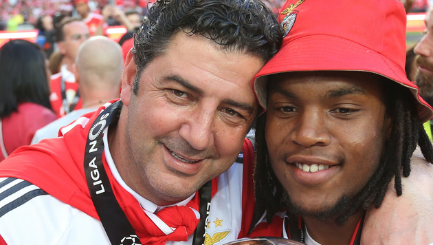 Benfica-Trainer Rui Vitoria herzt Mega-Talent Renato Sanches, der zu Bayern wechselt. (Bild: AP)