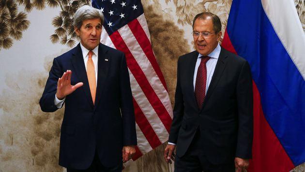 Die Außenminister der USA und Russlands, John Kerry (li.) und Sergej Lawrow, in Wien (Bild: AP)