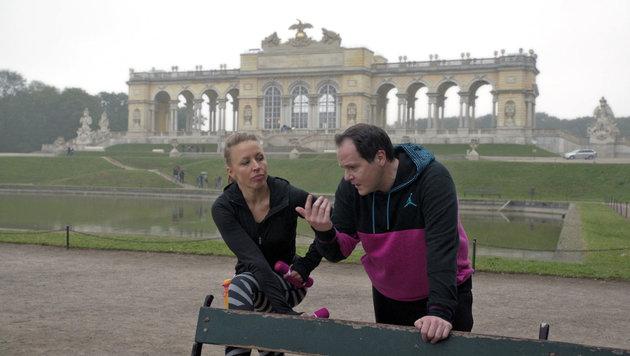 Nicoletta (Nina Proll) und Jörg (Thomas Mraz) wollen den Mord an Josef aufklären. (Bild: ORF)