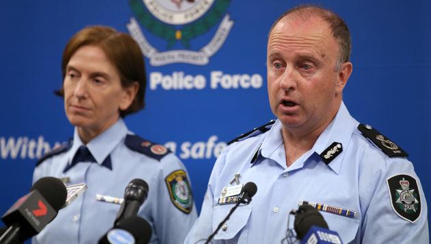 Polizeichef Neil Gaughan (re.) teilte die Verhaftung des Teenagers mit. (Bild: ASSOCIATED PRESS)
