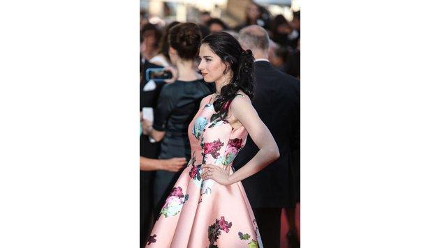 Model Sarah Barzyk im blumigen Cocktailkleid (Bild: Viennareport)