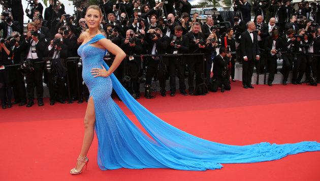 Blake Lively trägt ihren Babybauch stolz in einer blauen Robe von Atelier Versace (Bild: AP)