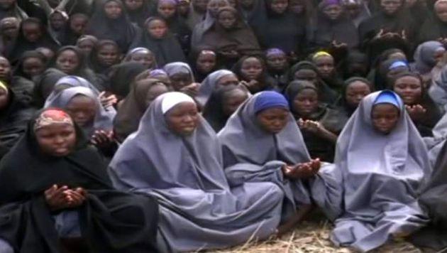 Die entf�hrten M�dchen aus Chibok in einem Video von Boko Haram (Bild: APA/AFP)