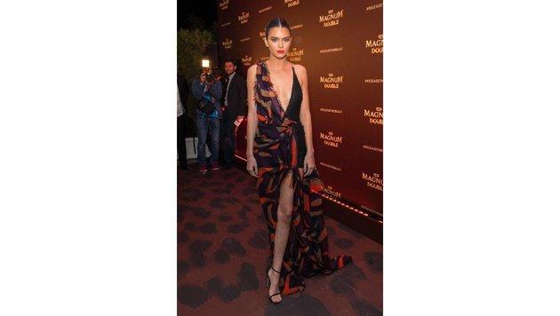 Kendall Jenner in Versace (Bild: Starpix/Alexander TUMA)