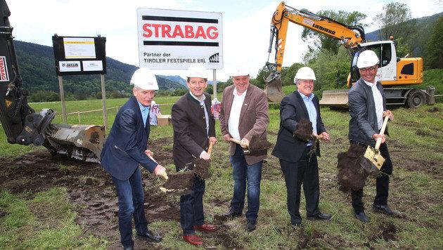 Die zuständigen Bürgermeister der Umgebung leiten die Bauphase ein. (Bild: Uta Rojsek-Wiedergut)