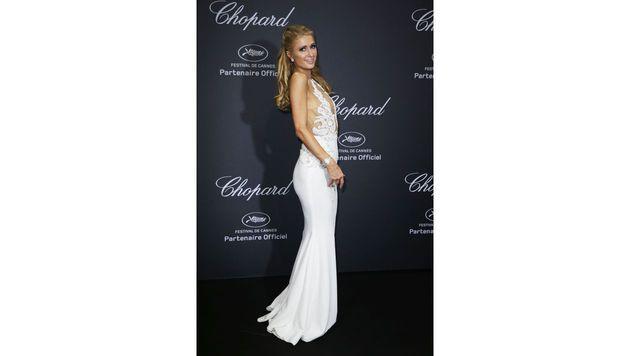 Paris Hilton bezauberte in einer weißen Robe von Charbel Zoe (Bild: AFP)