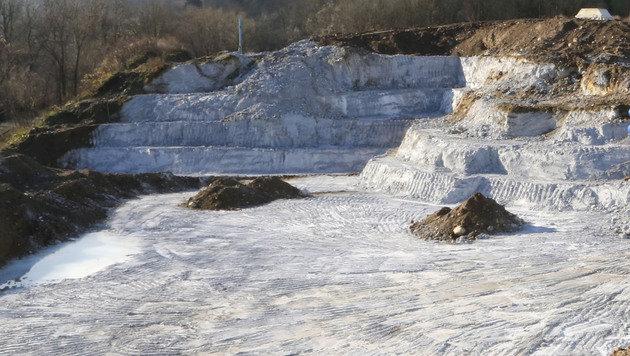 Die Blaukalk-Deponie in Kärnten soll nun mit Beton mittelfristig verschlossen werden. (Bild: Uta Rojsek-Wiedergut)
