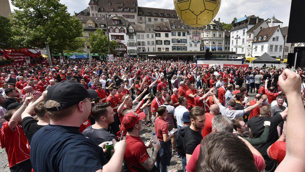 EL-Finale: Liverpool-Fans nebeln Basel ein (Bild: Copyright 2016 The Associated Press. All rights reserved. This m)