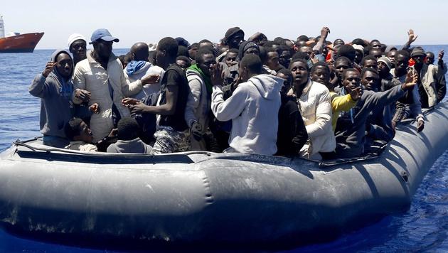 Italien: Über 800 Migranten vor Sizilien gerettet (Bild: AP)