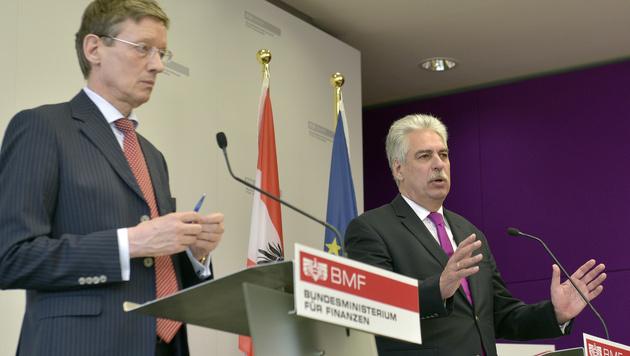 Dexia-Kommunalbank-Chef Friedrich Munsberg (li.) mit Finanzminister Hans Jörg Schelling (Bild: APA/HANS PUNZ)