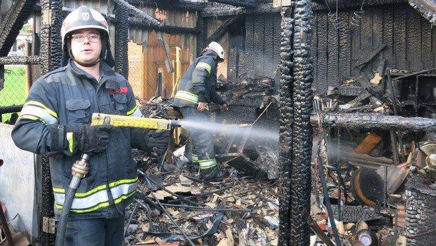 Ein Feuerwehrmann bei den Nachlöscharbeiten (Bild: Stadtfeuerwehr Oberwart)