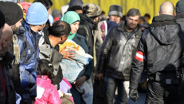 Wie aus 22.000 Asylanträgen 11.000 wurden (Bild: APA/Harald Schneider)