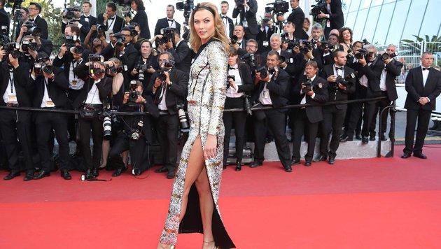 Karlie Kloss in einem silbernen Kleid von Louis Vuitton (Bild: AFP)