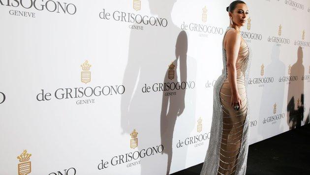 Kim Kardashian in einer offenherzigen Glitzerrobe von Lan Yu (Bild: AFP or licensors)