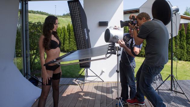 Manfred Baumann beim Shooting mit den Missen (Bild: Pressefoto Scharinger © Daniel Scharinger)