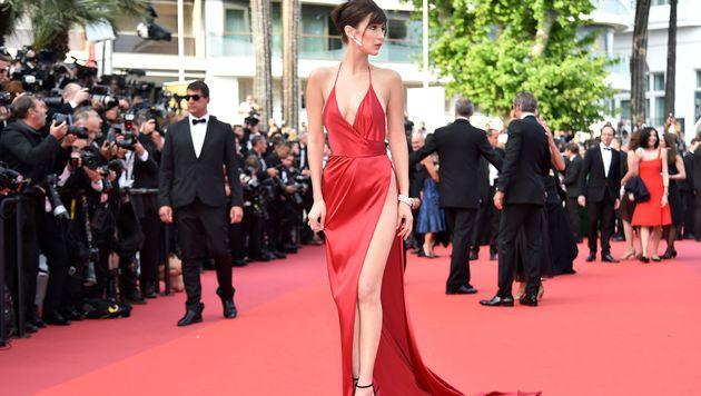 Bella Hadid war in ihrer Alexandre-Vauthier-Robe eindeutig der Hingucker am roten Teppich. (Bild: AFP)