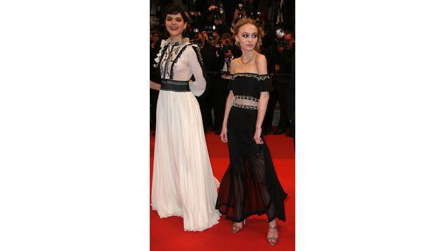 Lily-Rose Depp mit Soko in Cannes (Bild: AP)