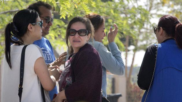 Angehörige der Opfer des Flugzeugabsturzes warten am Flughafen in Kairo auf weitere Informationen. (Bild: Associated Press)