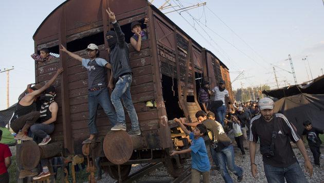 Idomeni: Fl�chtlinge nutzen Waggon als Rammbock (Bild: Associated Press)
