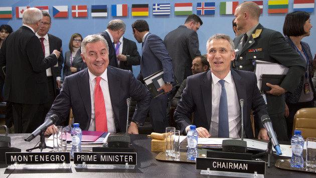NATO-Chef Jens Stoltenberg (re.) mit dem montenegrinischen Regierungschef Milo Dukanovic (Bild: ASSOCIATED PRESS)