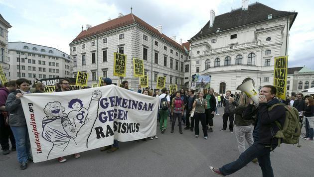 Wien: 300 demonstrierten gegen Norbert Hofer (Bild: APA/HELMUT FOHRINGER)