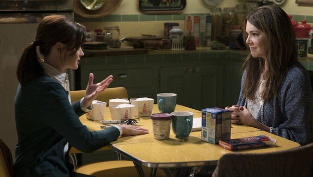 Rory Gilmore deckt Michelle Obama mit Büchern ein (Bild: Netflix)