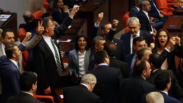 Oppositionspolitiker protestieren während der Abstimmung über die Aufhebung der Immunität. (Bild: APA/AFP/ADEM ALTAN)