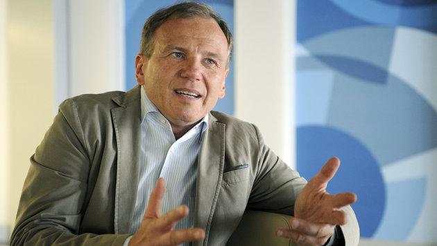 Armin Wolf warnt vor politischem Druck auf ORF (Bild: APA/ROLAND SCHLAGER)