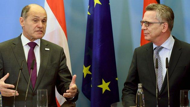 Innenminister Wolfgang Sobotka und sein deutscher Amtskollege Thomas de Maiziere in Br�ssel (Bild: APA/AFP/dpa/Ralf Hirschberger)