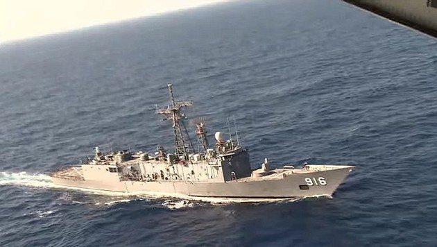 Eine Fregatte der ägyptischen Marine bei der Suche nach der abgestürzten Maschine (Bild: AP/Egyptian Defense Ministery)