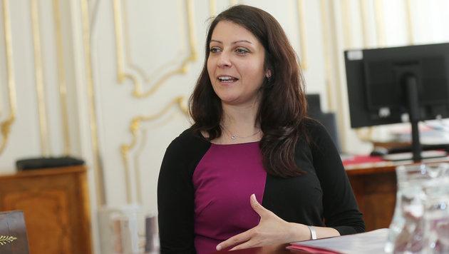 Reibebaum für Integrationsminister Kurz: Staatssekretärin Duzdar (Bild: Peter Tomschi)