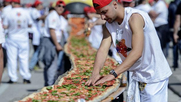 Rekord: Längste Pizza der Welt in Neapel gebacken (Bild: APA/AFP/Mario Laporta)
