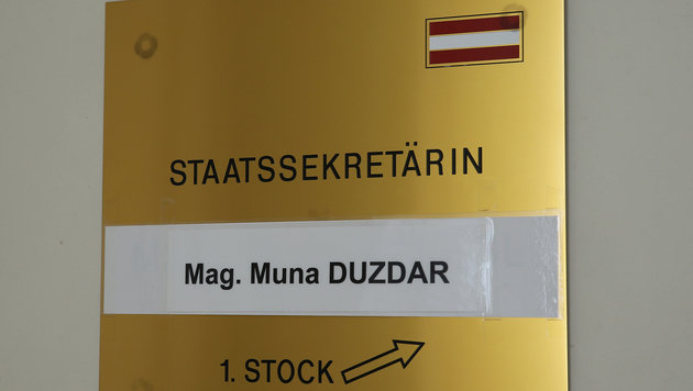 Der Wegweiser zum Büro der neuen Staatssekretärin im Bundeskanzleramt (Bild: Peter Tomschi)