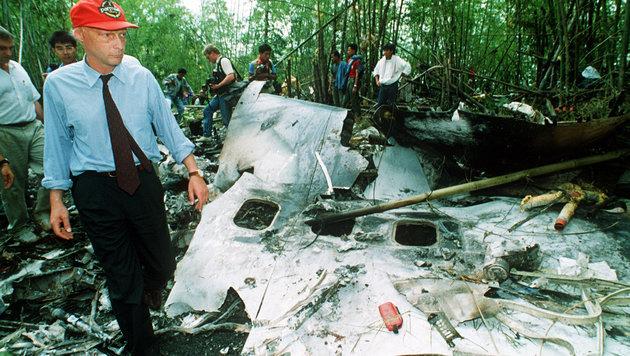 Niki Lauda inspizierte sichtlich betroffen die Trümmer seiner Boeing 767-300ER. (Bild: Associated Press/Jeff Widener)