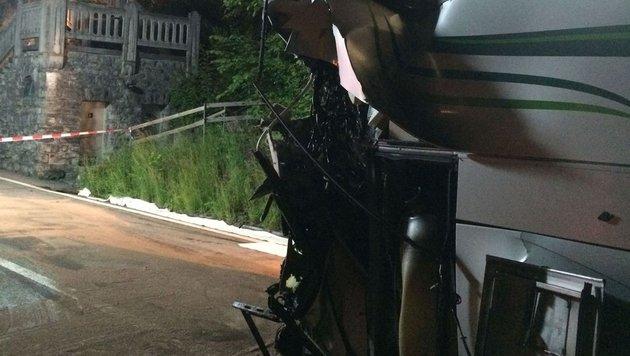 Das stark beschädigte Heck des Reisebusses (Bild: Kantonspolizei Bern)