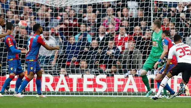 Schuss ins Glück: Dieser Super-Volley von Lingard rettete Manchester. (Bild: AFP)