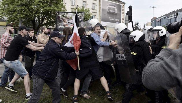 Hooligans und Ultranationalisten attackieren die Polizei. (Bild: APA/AFP/PAP/Adam Warzawa)