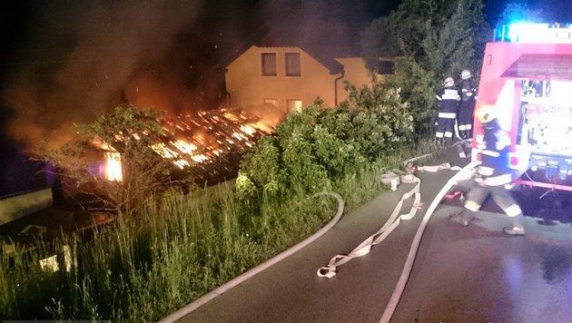 Das Nebengebäude in Dellach brannte lichterloh. (Bild: FF Feldkirchen)
