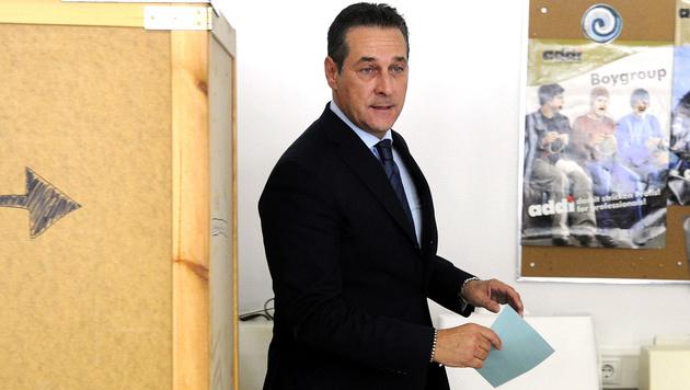 FPÖ-Chef Heinz-Christian Strache bei der Stimmabgabe in Wien (Bild: APA/Herbert Pfarrhofer)