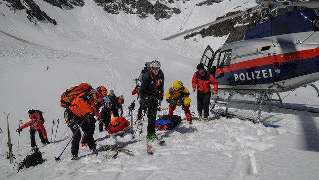 Die Bergretter mussten die Verletzten zunächst abseilen. (Bild: LPD SALZBURG)